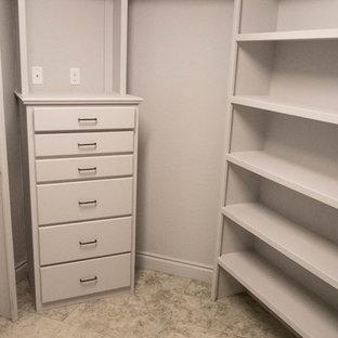 Modelo de armario vestidor unisex, rural, de tamaño medio, con armarios abiertos, puertas de armario blancas y suelo de baldosas de cerámica