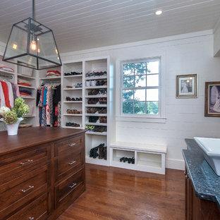 Foto de armario y vestidor de estilo de casa de campo, de tamaño medio, con armarios con rebordes decorativos, puertas de armario marrones, suelo de madera en tonos medios y suelo marrón