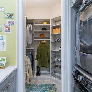 Diseño de armario vestidor unisex, clásico renovado, de tamaño medio, con armarios con paneles lisos, puertas de armario grises, suelo de pizarra y suelo gris
