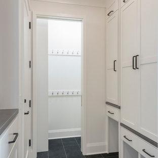 Diseño de armario vestidor unisex, tradicional renovado, pequeño, con armarios estilo shaker, puertas de armario blancas, suelo de pizarra y suelo gris