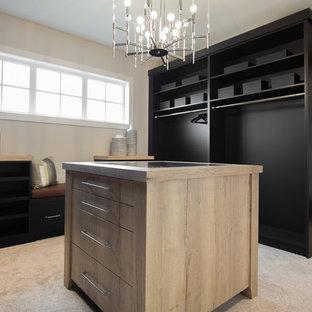 Diseño de armario vestidor unisex, campestre, grande, con armarios con paneles lisos, puertas de armario negras, moqueta y suelo beige