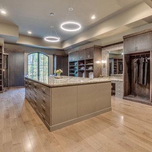 Ejemplo de armario vestidor unisex, tradicional renovado, extra grande, con armarios con paneles lisos, puertas de armario beige, suelo de madera clara y suelo beige
