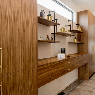 Diseño de armario vestidor unisex, vintage, grande, con armarios con paneles lisos, puertas de armario de madera oscura, suelo de baldosas de cerámica y suelo gris