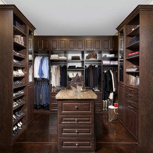 Modelo de armario vestidor unisex, tradicional, con armarios con paneles con relieve, puertas de armario de madera en tonos medios, suelo de cemento y suelo marrón