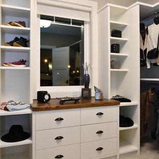 Ispirazione per una cabina armadio unisex classica di medie dimensioni con nessun'anta, ante bianche, moquette e pavimento grigio