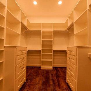 Foto di una cabina armadio unisex chic di medie dimensioni con ante in stile shaker, ante bianche e pavimento in legno massello medio