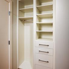 Modern Closet by Cedarglen Homes