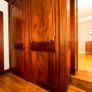 Immagine di un armadio o armadio a muro mediterraneo con pavimento in legno massello medio