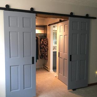 Immagine di una cabina armadio unisex country di medie dimensioni con ante lisce, ante grigie, moquette e pavimento beige