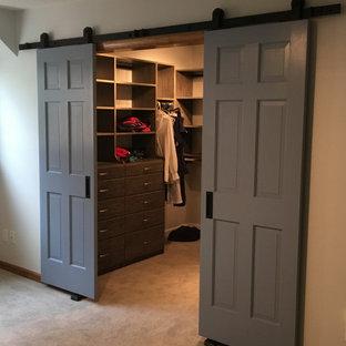Idéer för ett litet lantligt walk-in-closet för könsneutrala, med släta luckor, grå skåp och heltäckningsmatta