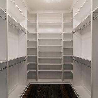 Foto di una cabina armadio unisex tradizionale di medie dimensioni con nessun'anta, ante bianche e parquet scuro