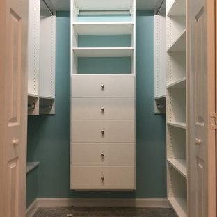 Foto de armario vestidor unisex, clásico, de tamaño medio, con armarios abiertos, puertas de armario blancas y moqueta