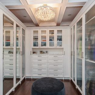На фото: гардеробная в современном стиле с белыми фасадами с