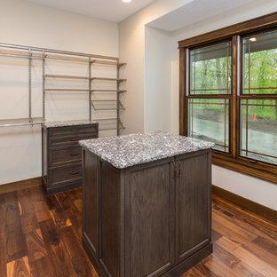 Foto de armario vestidor unisex, vintage, grande, con armarios abiertos, puertas de armario de madera en tonos medios y suelo de madera en tonos medios