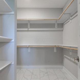 Foto de armario vestidor unisex, de estilo americano, de tamaño medio, con suelo de baldosas de cerámica y suelo blanco