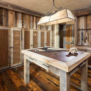 Idee per ampi armadi e cabine armadio rustici con ante in stile shaker, ante con finitura invecchiata, pavimento in legno massello medio e pavimento marrone