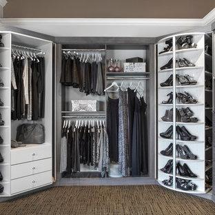На фото: гардеробная комната унисекс в стиле современная классика с открытыми фасадами и серыми фасадами с