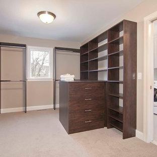 Imagen de armario vestidor unisex, extra grande, con puertas de armario de madera oscura y moqueta