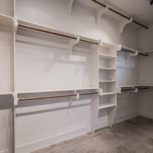 Ejemplo de armario vestidor unisex, de estilo de casa de campo, con suelo de cemento