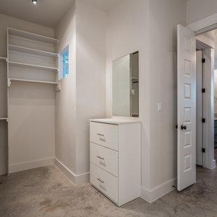 Ejemplo de armario vestidor unisex, campestre, con suelo de cemento