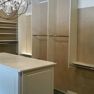 Idéer för att renovera ett stort vintage walk-in-closet för könsneutrala, med beige skåp, heltäckningsmatta och grönt golv