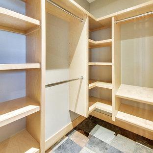 Mittelgroßer, Neutraler Uriger Begehbarer Kleiderschrank mit offenen Schränken, hellen Holzschränken und Schieferboden in Calgary