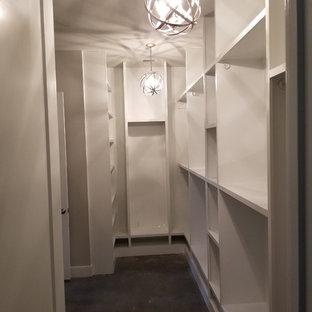 Diseño de vestidor de estilo de casa de campo, de tamaño medio, con armarios abiertos, puertas de armario blancas y suelo de cemento