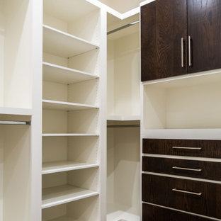 Ejemplo de armario vestidor unisex, nórdico, extra grande, con armarios con paneles lisos, puertas de armario de madera en tonos medios, suelo de madera oscura y suelo marrón