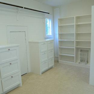 Idee per una grande cabina armadio unisex tradizionale con ante in stile shaker, ante bianche e moquette