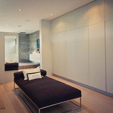 Modern Closet by Element Design Build Inc.
