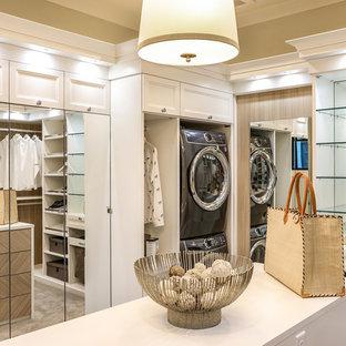 ポートランドの広い男女兼用カントリー風おしゃれなウォークインクローゼット (シェーカースタイル扉のキャビネット、白いキャビネット、セラミックタイルの床、マルチカラーの床) の写真