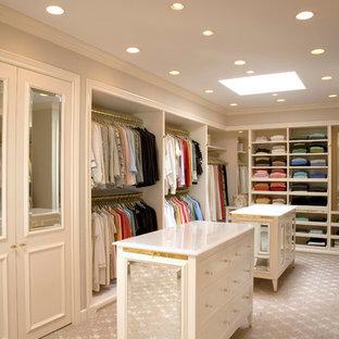 Cette photo montre un dressing room chic avec des portes de placard beiges.