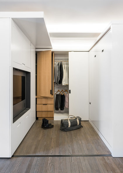Modern Closet by Michael K Chen Architecture