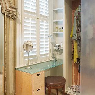 Eklektisches Ankleidezimmer mit Ankleidebereich und Glasfronten in New Orleans