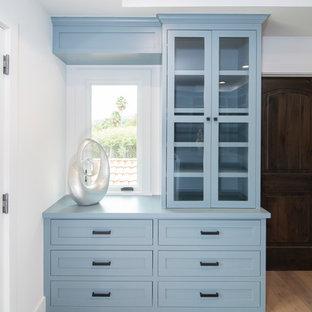 Modelo de armario vestidor de mujer, clásico renovado, con armarios con rebordes decorativos y puertas de armario azules