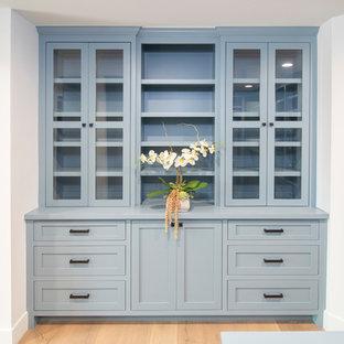 Imagen de armario vestidor de hombre, tradicional renovado, con armarios con rebordes decorativos y puertas de armario azules