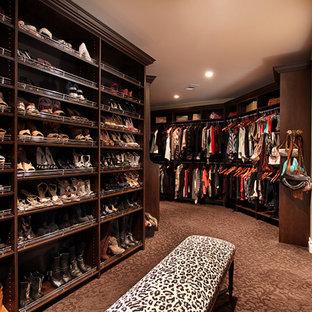 Modelo de armario vestidor de mujer, mediterráneo, extra grande, con armarios abiertos, puertas de armario de madera en tonos medios y moqueta
