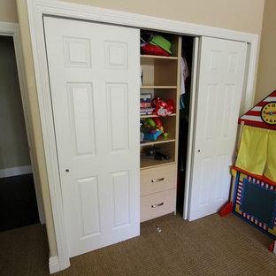 Ejemplo de armario de hombre, marinero, pequeño, con armarios con paneles empotrados, puertas de armario blancas y moqueta