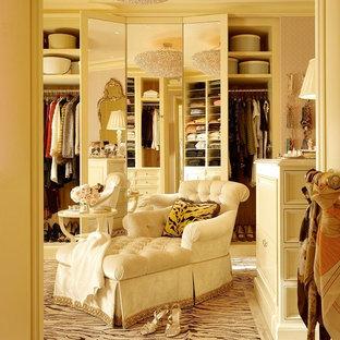 Modelo de armario vestidor de mujer, clásico, grande, con puertas de armario blancas, moqueta, suelo multicolor y armarios con paneles empotrados