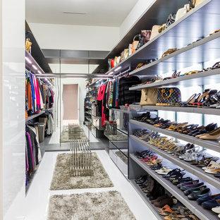 Esempio di uno spazio per vestirsi per donna contemporaneo con ante lisce e pavimento bianco