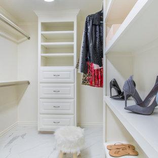 Inspiration för ett stort vintage walk-in-closet för könsneutrala, med luckor med upphöjd panel, vita skåp, klinkergolv i keramik och flerfärgat golv