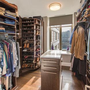 Diseño de armario vestidor unisex, minimalista, pequeño, con puertas de armario de madera en tonos medios, suelo de madera oscura y armarios abiertos