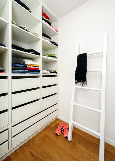 Contemporary Closet by Moshi Gitelis - Photographer