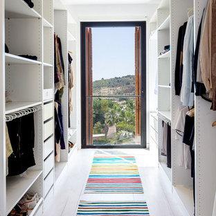 Modelo de armario vestidor unisex, minimalista, de tamaño medio, con armarios abiertos, puertas de armario blancas y suelo de madera clara