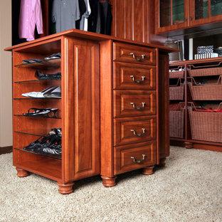 Diseño de armario vestidor unisex, clásico, de tamaño medio, con armarios con paneles con relieve, puertas de armario de madera en tonos medios, moqueta y suelo beige