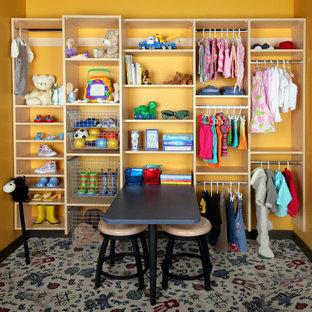 Modelo de armario unisex, bohemio, de tamaño medio, con armarios abiertos, puertas de armario de madera clara, moqueta y suelo multicolor
