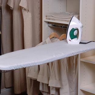 Idée de décoration pour un dressing tradition de taille moyenne et neutre avec des portes de placard blanches, un placard sans porte et moquette.