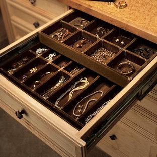 Inspiration för mellanstora klassiska walk-in-closets för könsneutrala, med skåp i ljust trä, luckor med infälld panel och heltäckningsmatta