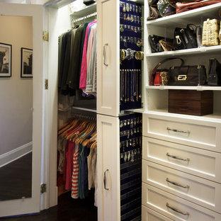 Esempio di un piccolo armadio o armadio a muro per donna tradizionale con ante in stile shaker, ante bianche e parquet scuro