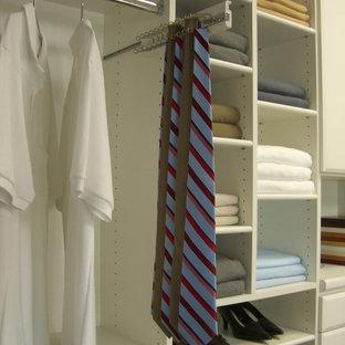 Esempio di un piccolo spazio per vestirsi unisex minimalista